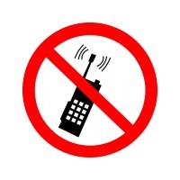 Запрещается пользоваться мобильным (сотовым) телефоном или переносной рацией